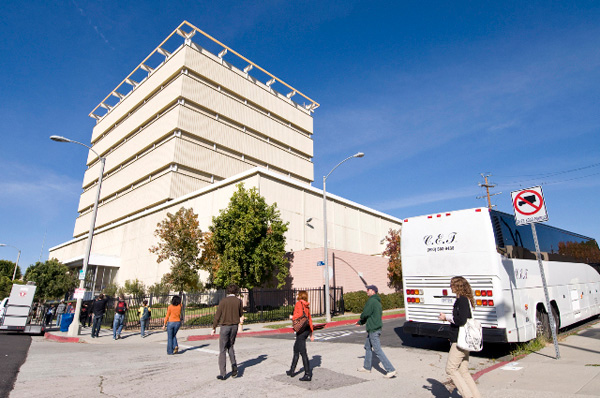 A CLUI Bus Tour of the Urban Oilscape: The bus arrives at the Packard well site, which is camouflaged as an office building in Beverly Hills. Photo courtesy of The Center for Land Use Interpretation, Los Angeles.