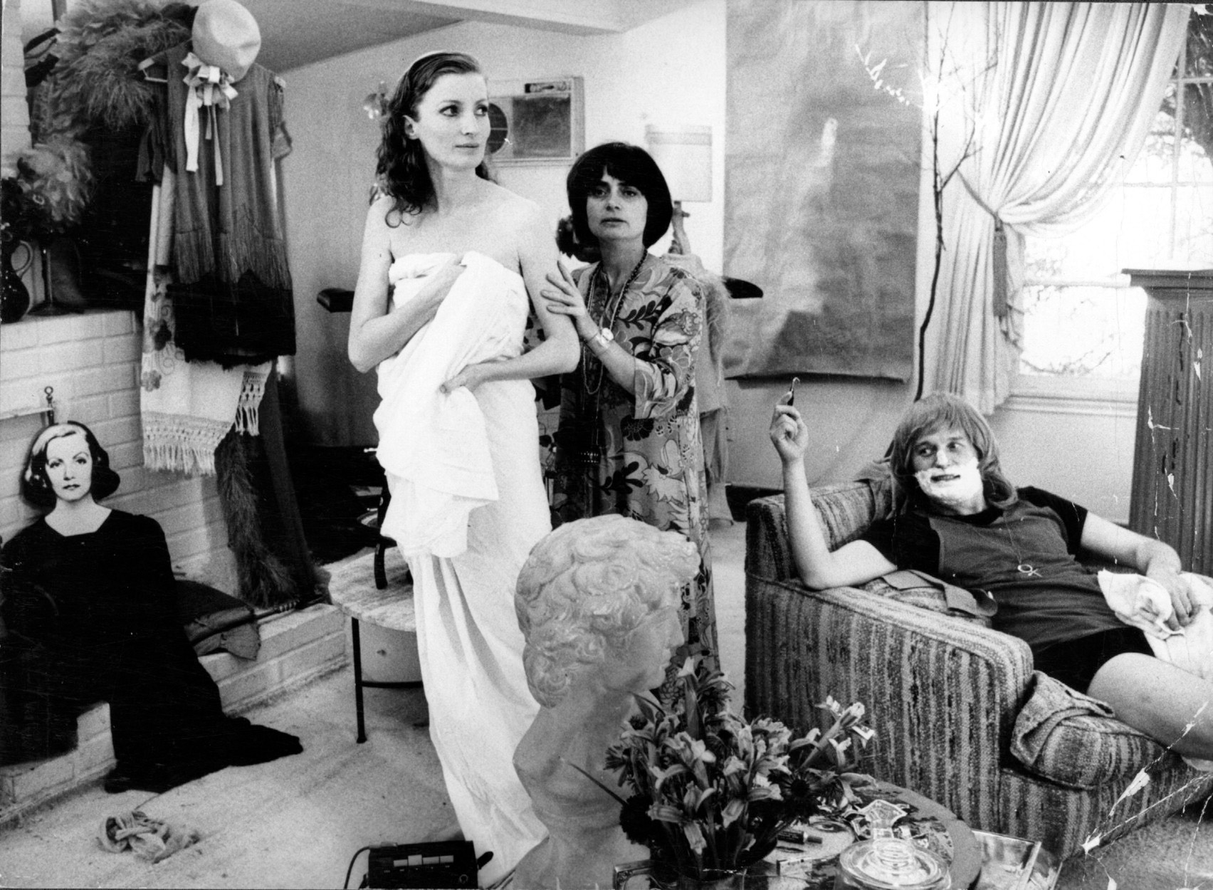 Agnès Varda (center) with Viva on the set of <em>Lions Love (...and Lies)</em>, 1969. Courtesy Mary Evans/Ronald Grant/Everett Collection.
