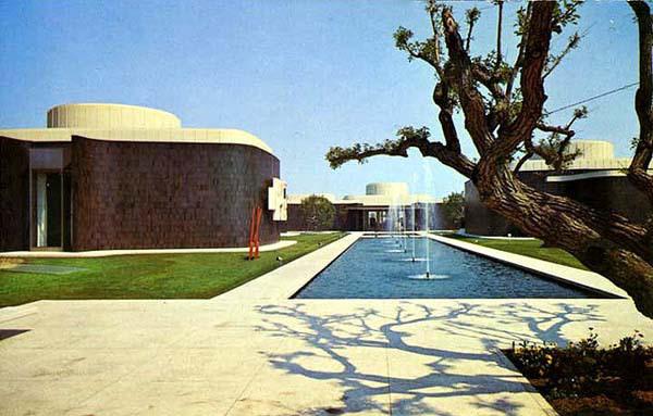 Pasadena Art Museum, ca. 1973. Courtesy of the Frank J. Thomas Archive.