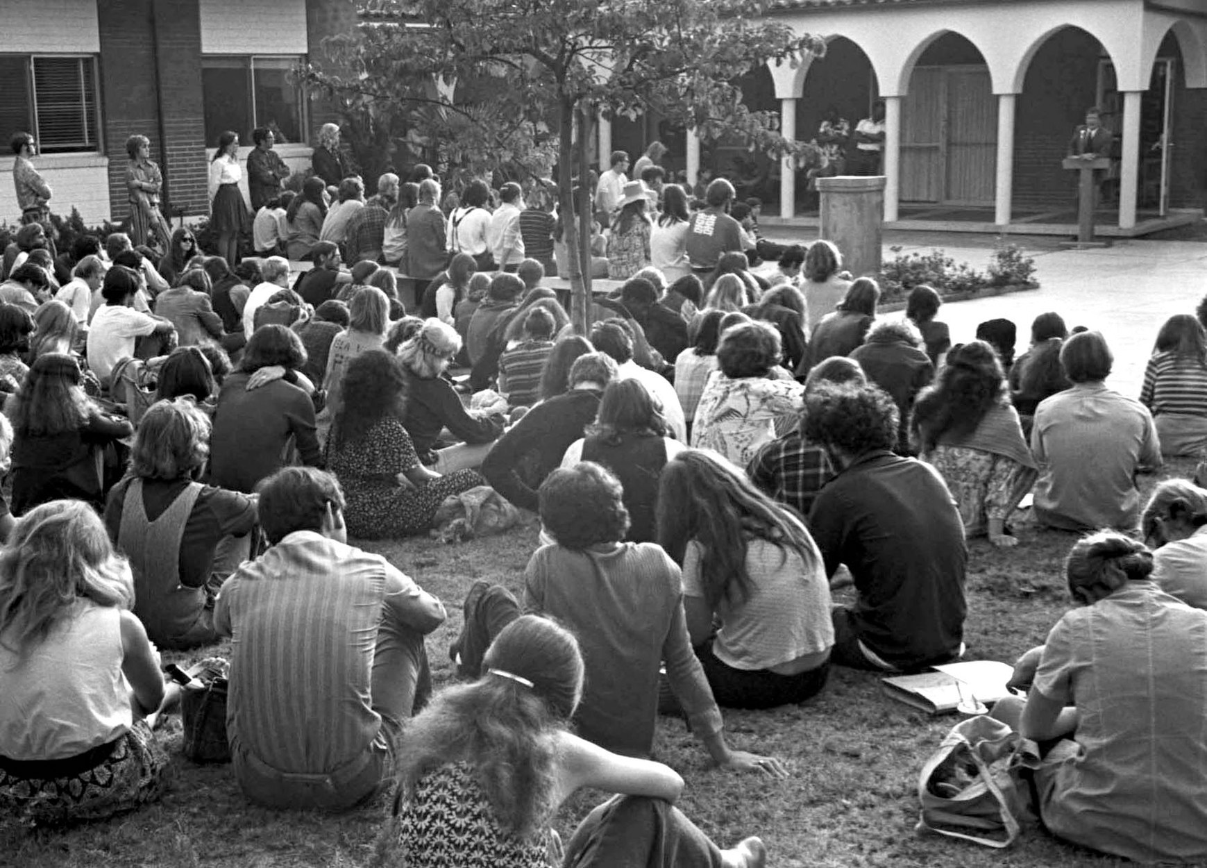 CalArts president Robert Corrigan addresses students on opening day at the Villa Cabrini campus in Burbank, 1970. Photo: Barry Hyams. Courtesy of the California Institute of the Arts Archive.