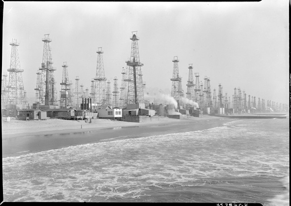 Venice Oil Fields, ca. 1930. Courtesy of University of Southern California, on behalf of the USC Libraries Special Collections.