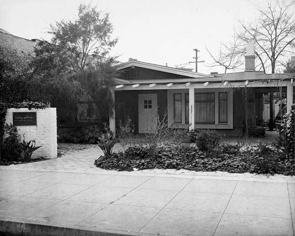 Exterior of the Copley Galleries at 257 North Canon Drive in Beverly Hills. Photographer unknown. Courtesy of the William Nelson Copley papers, Archives of American Art, Smithsonian Institution.