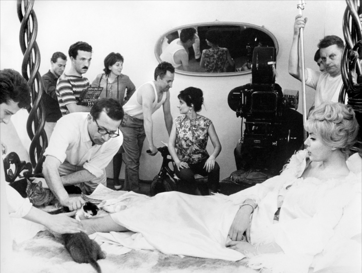 Varda (center) on the set of <em>Cléo de 5 à 7</em> (Cleo from 5 to 7), 1962.